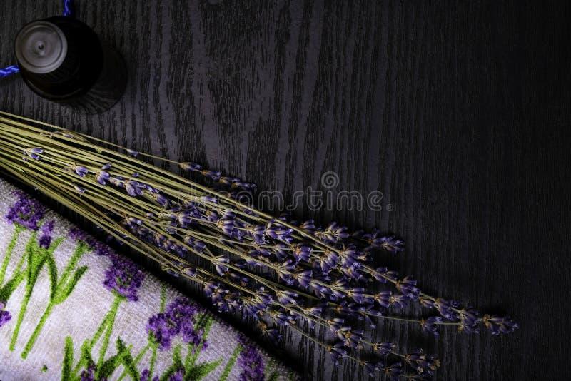 Organicznie Lavander produkty na Drewnianym stole Składniki dla Naturalnego zdroju traktowania zdjęcia royalty free