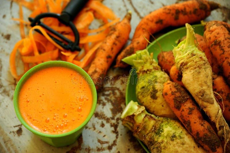 Organicznie marchewki i marchwiany sok dla zdrowego śniadania zdjęcia stock
