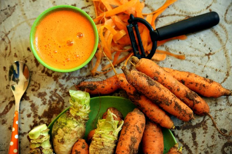 Organicznie marchewki i marchwiany sok dla zdrowego śniadania obraz royalty free