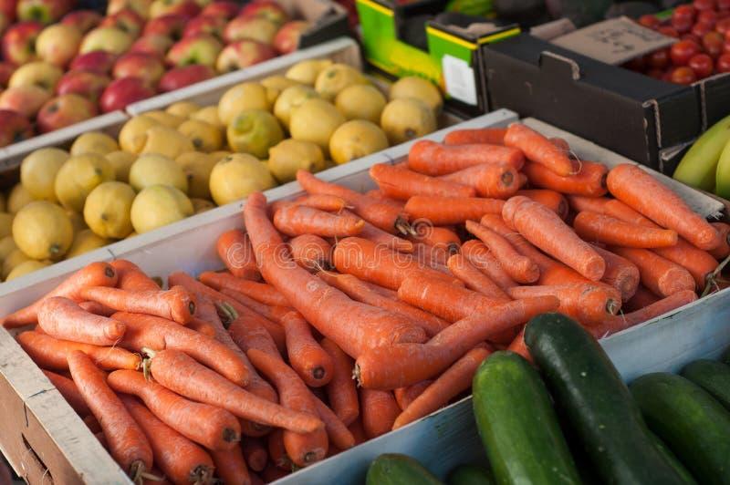 organicznie marchewki sterta przy rynkiem obraz stock