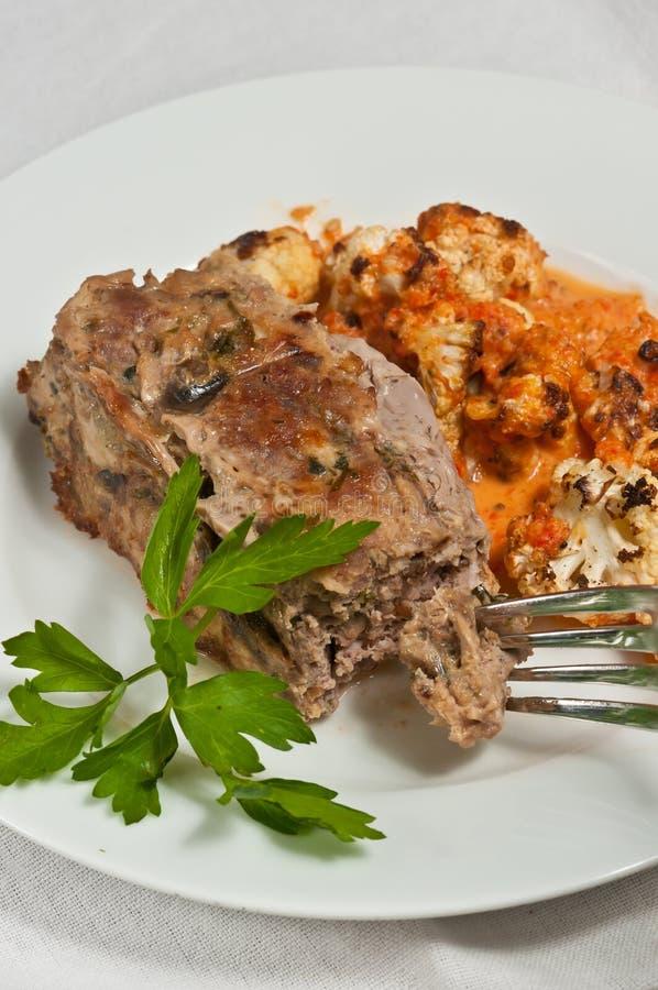 Organicznie meatloaf z grafika dyżurów czerwonym pieprzem i kalafioru puree fotografia stock