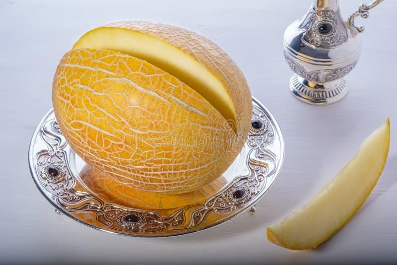 Organicznie melonu cięcie składa obsiadanie na srebnej tacy fotografia royalty free