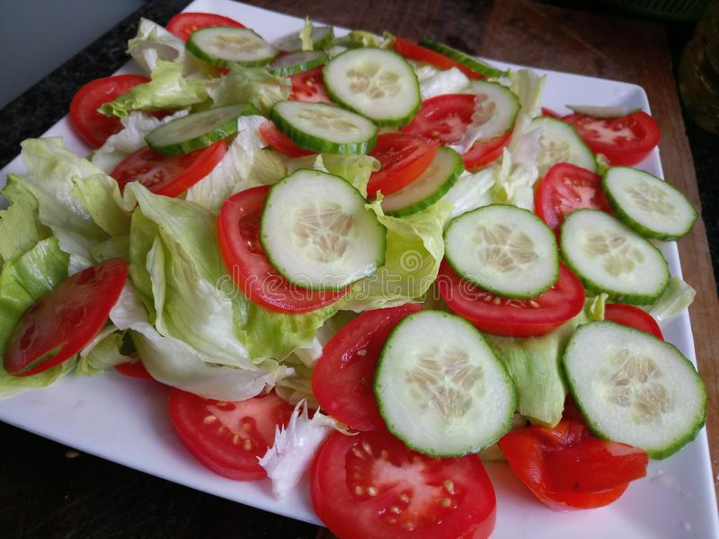 Organicznie ogórkowa pomidorowa sałatka z sałata liśćmi zdjęcia stock