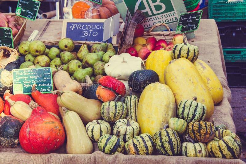 Organicznie owoc i warzywo na kontuarze Francuski miejscowego rynek zdjęcia royalty free