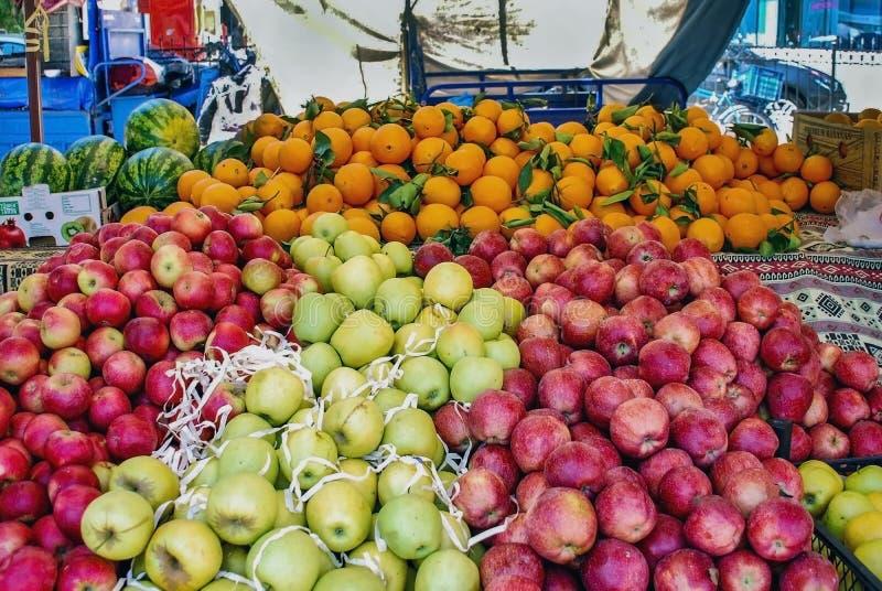 Organicznie owoc i warzywo na plenerowym rynku kramu, zakończenie w górę zdjęcia stock
