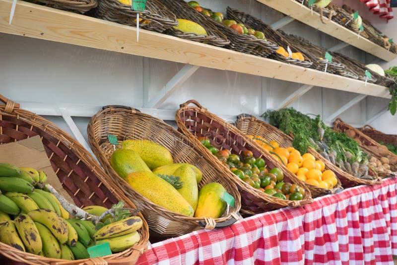 Organicznie owoc i warzywo przy Chłopskim muzeum Wprowadzać na rynek Museo Del Campesino w Mozaga, Lanzarote zdjęcia royalty free
