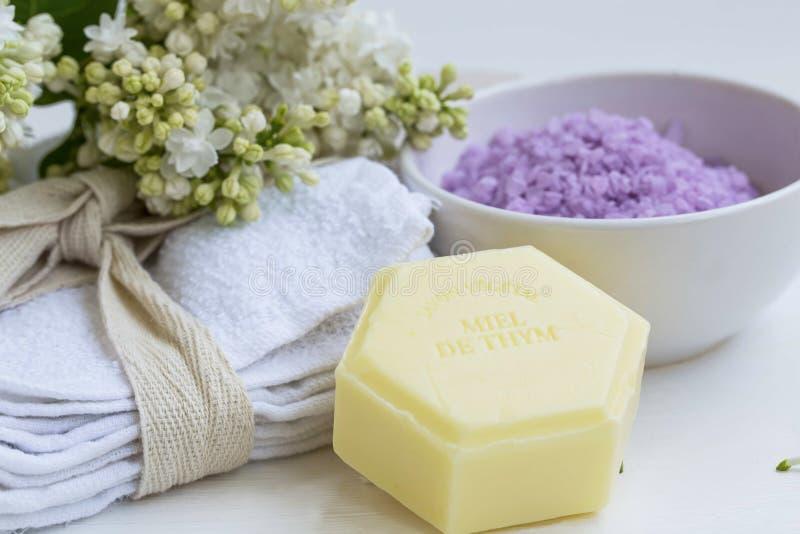 Organicznie piękno zdrój z naturalnymi macierzanka mydlanymi i bawełnianymi ręcznikami, półdupki zdjęcia stock