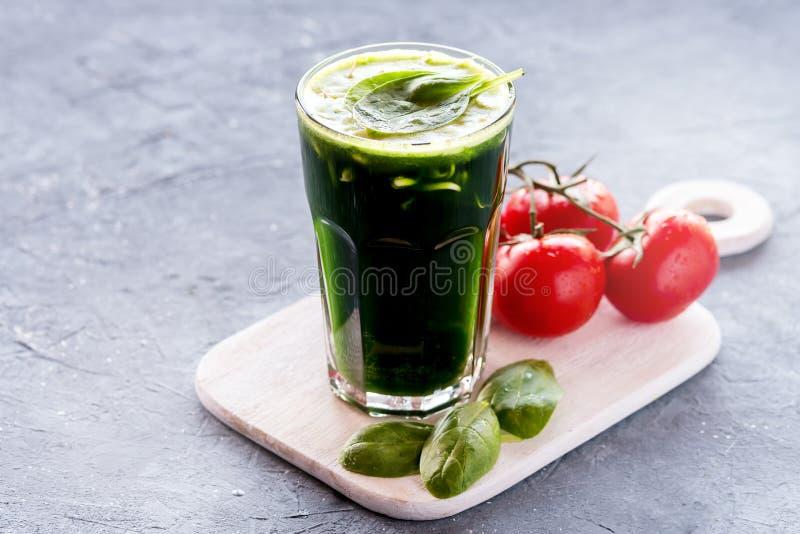 Organicznie Pszeniczny trawy flancy i szpinaka detox pije zdjęcie stock