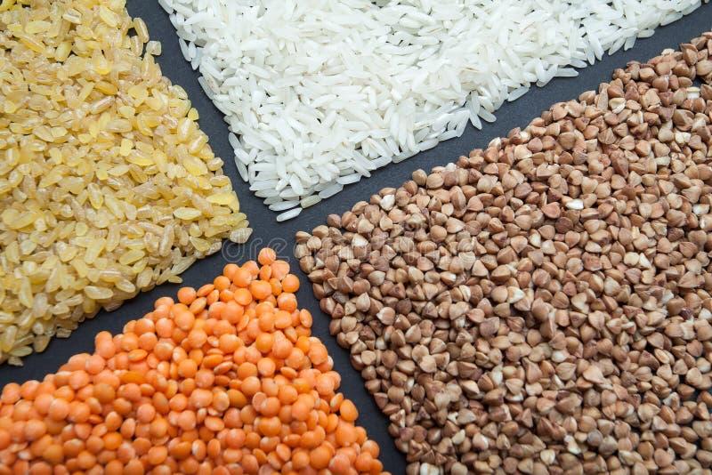 Organicznie ryż, bulgur, gryka i soczewicy na czarnym tle, obrazy royalty free