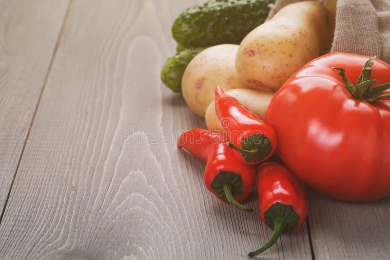 Organicznie surowi warzywa na drewno stole obrazy royalty free