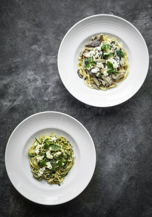 Organicznie włoska ricotta pieczarka i świeży mieszany ziele tagliatel obrazy stock
