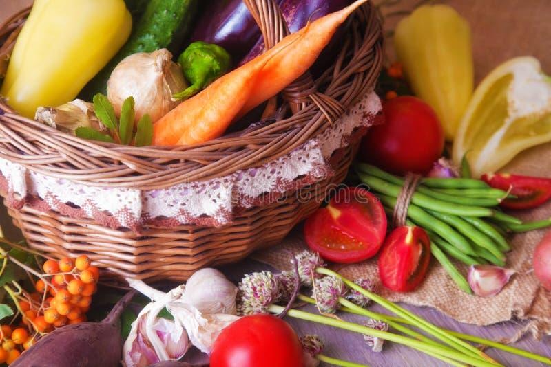 Organicznie warzywa w koszu fotografia royalty free