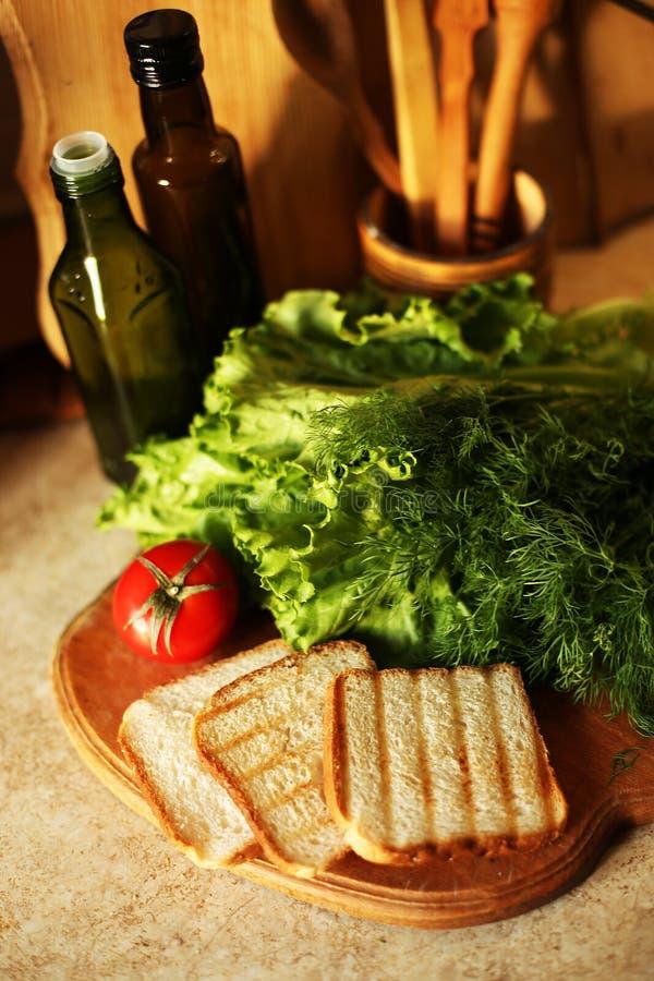 Organicznie weganin przygotowywa na kuchni zdjęcia royalty free