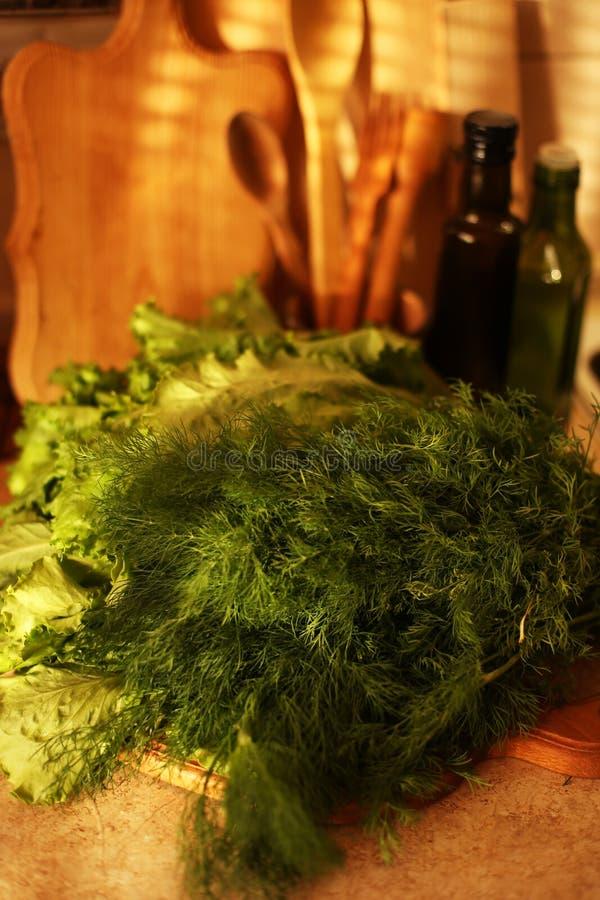 Organicznie weganin przygotowywa na kuchni fotografia royalty free