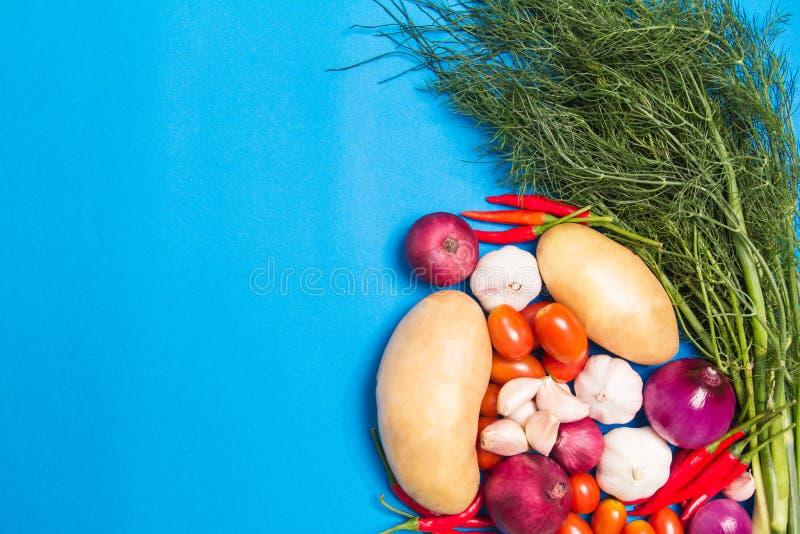 Organicznie ?wiezi kolorowi warzywa z grulami, pomidory, kolendery, Chili, szalotki, czosnek obraz stock