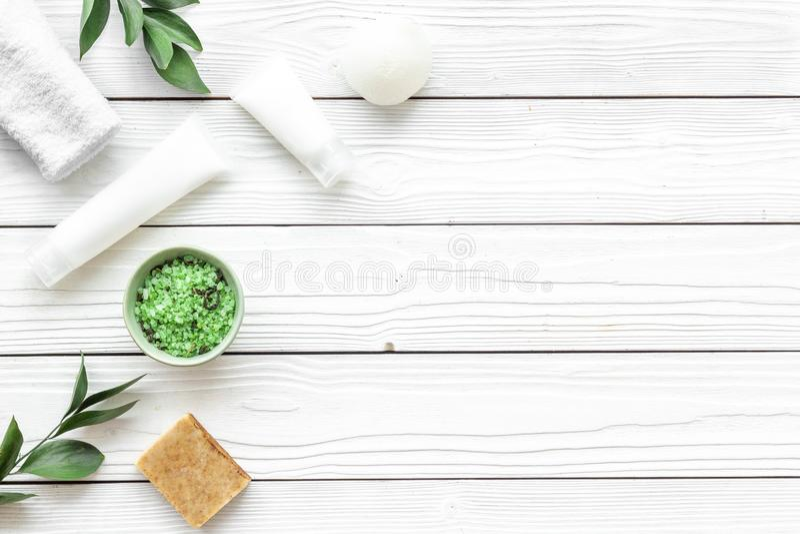 Organicznie zdrój z ziołowymi kosmetykami na białym drewnianym tło odgórnego widoku mockup zdjęcia royalty free