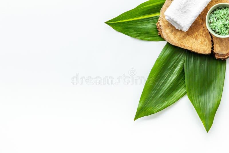 Organicznie zdrój z ziołowymi kosmetykami na białym tło odgórnego widoku mockup obrazy royalty free