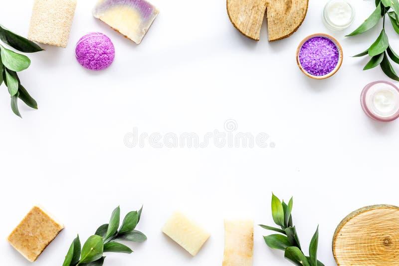 Organicznie zdrój z ziołowymi kosmetykami na białym tło odgórnego widoku mockup fotografia royalty free