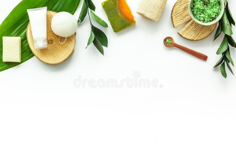 Organicznie zdrój z ziołowymi kosmetykami na białym tło odgórnego widoku mockup zdjęcie royalty free