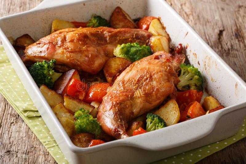 Organicznie zdrowy jedzenie: piec królik z warzywa zakończeniem w a zdjęcie royalty free