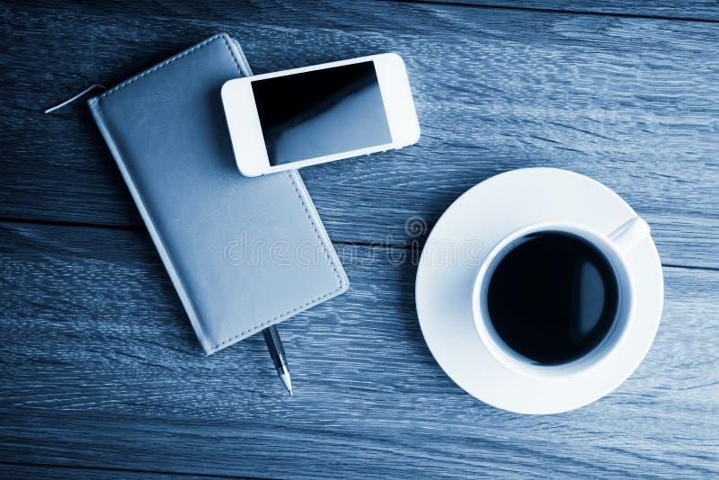 organisateur avec la tasse de café images stock