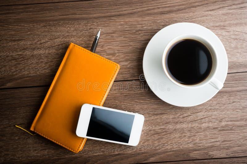 Organisateur avec la tasse du café et du téléphone portable photos stock