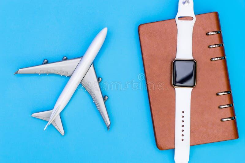Organisateur futé de montre et de carnet pour le voyage d'affaires photographie stock