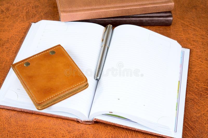 Organisateurs et stylo-plume en cuir images libres de droits