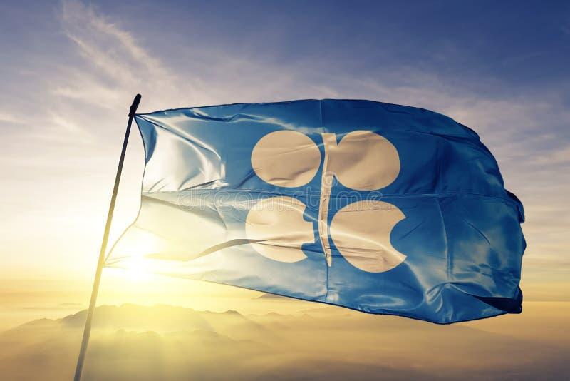 Organisatie van de Olieuitvoerende stof die van de de vlag textieldoek van de OPEC van Landen op de hoogste mist van de zonsopgan stock illustratie