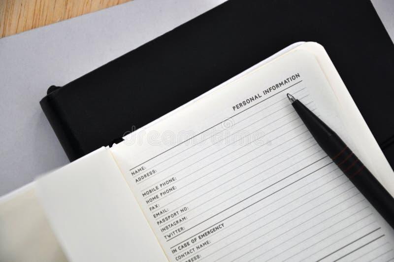 Organisator Book offen auf Seite der persönlichen Information lizenzfreie stockfotografie