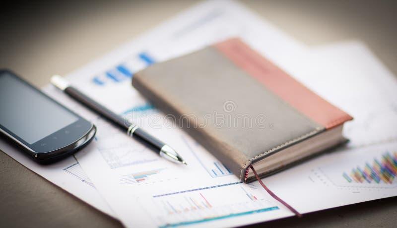 Organisator en pen op bureau stock foto's