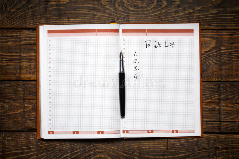 Organisator-With To Do-Liste auf hölzernem Hintergrund Notiz-Planungs-Strategie-Prozess-Ideen-Konzept lizenzfreie stockfotografie
