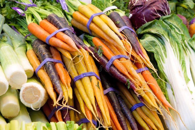 Organisch angebaute Karotten und Gemüse stockbild