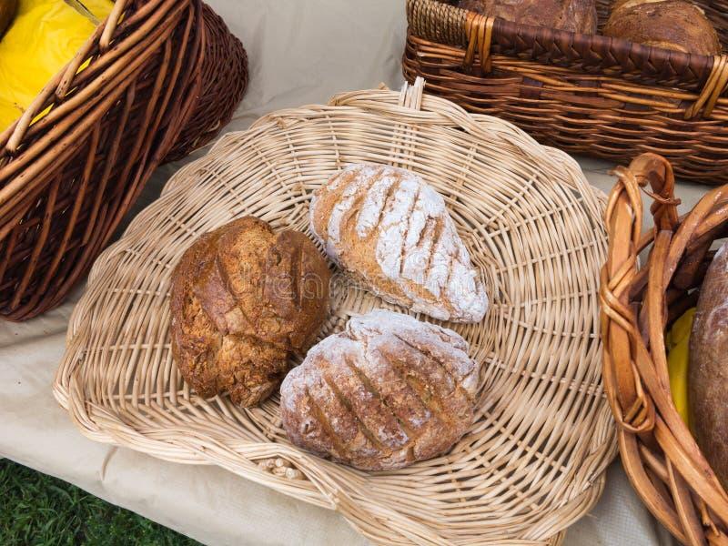 Organisch Brood bij Landbouwersmarkt stock foto's