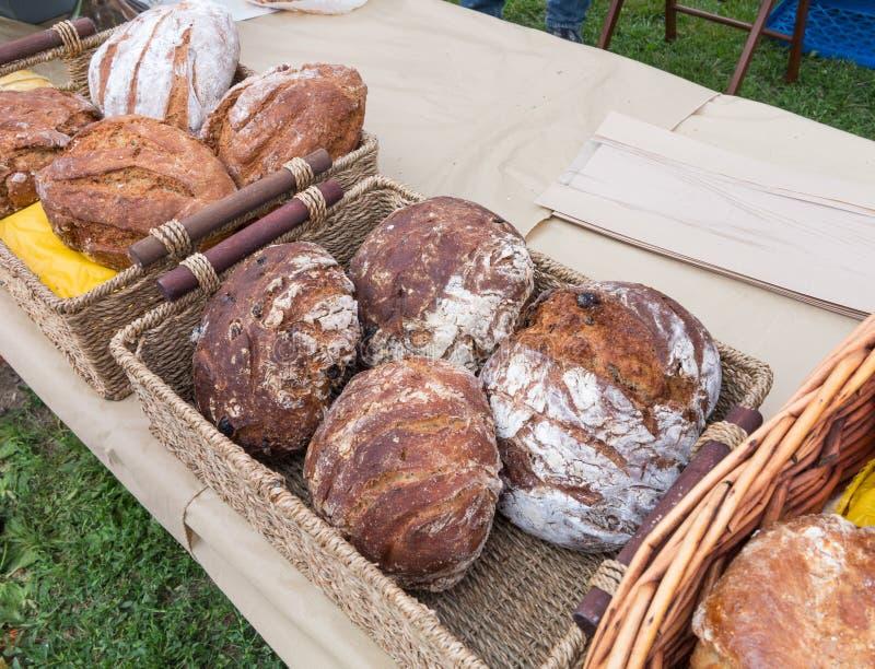 Organisch Brood bij Landbouwersmarkt royalty-vrije stock afbeelding