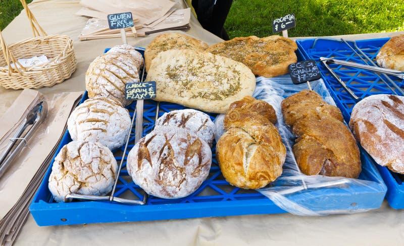 Organisch Brood bij Landbouwersmarkt stock afbeelding