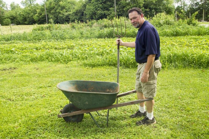Organisch de Mengelingscompost van Landbouwersgetting ready to royalty-vrije stock fotografie