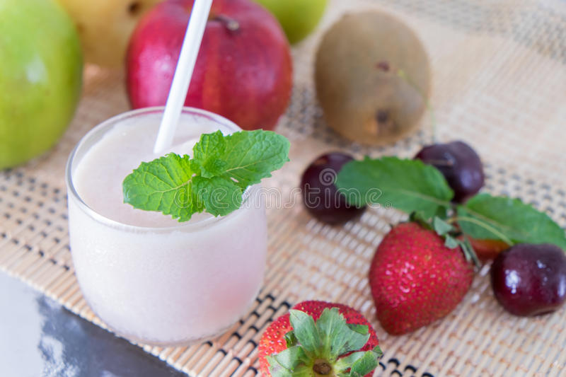 Organisch fruit Smoothie stock afbeeldingen