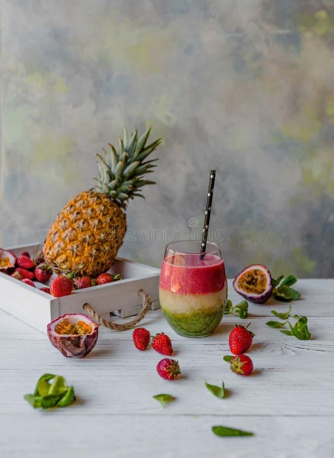 Organisch gelaagd fruit smoothie op houten achtergrond stock fotografie