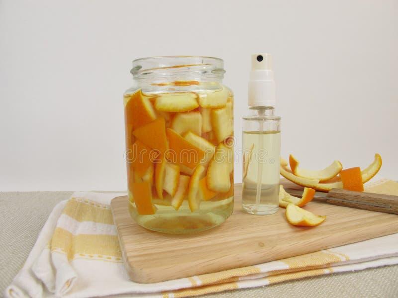 Organisch huishoudendetergens met sinaasappelschil en azijn stock afbeeldingen
