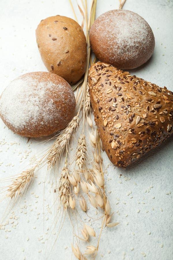 Organisch rogge-tarwe geheel tarwebrood van eigengemaakt zuurdeeg op een witte achtergrond royalty-vrije stock afbeeldingen