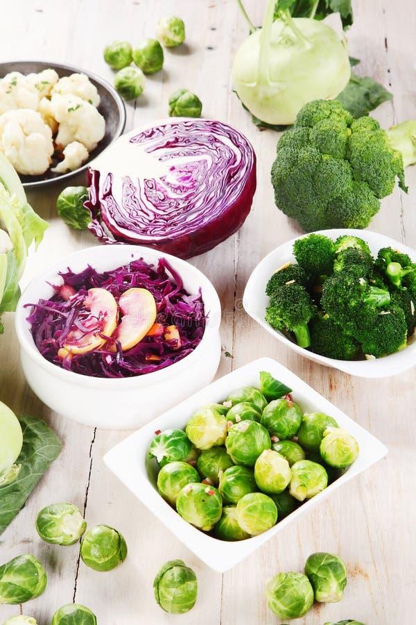 Organisch Vers Voedsel bovenop Houten Lijst stock foto