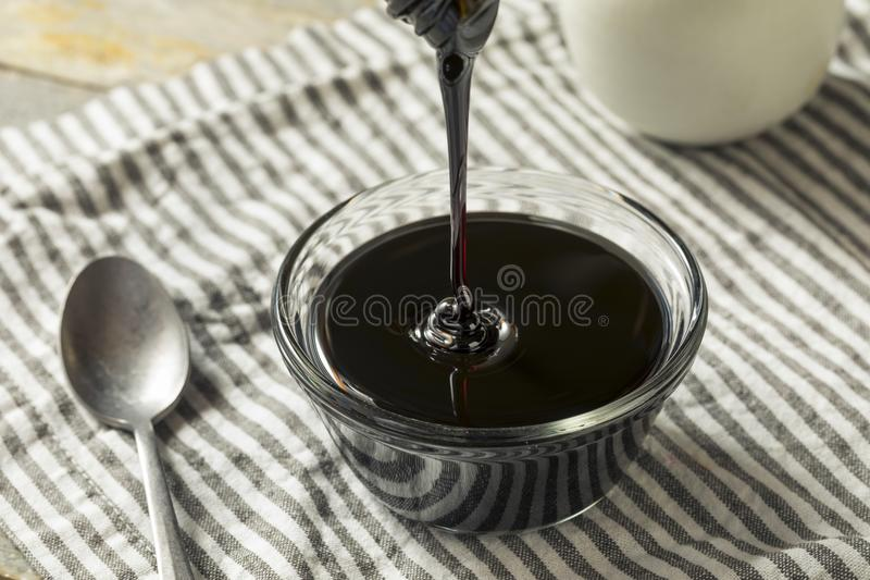 Organisch Zwart Cane Sugar Molasses stock afbeeldingen