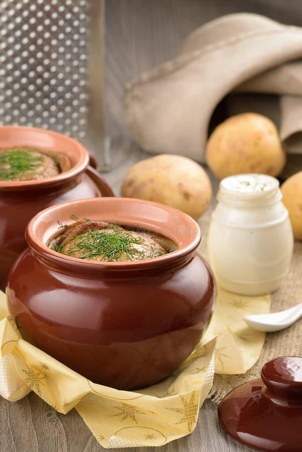 Organische aardappelpudding met dille en zure room royalty-vrije stock fotografie