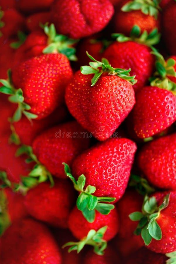 Organische aardbeienachtergrond met exemplaarruimte Hoogste mening Veganist en vegetarisch concept Bessentextuur Gezonde de zomer royalty-vrije stock afbeeldingen