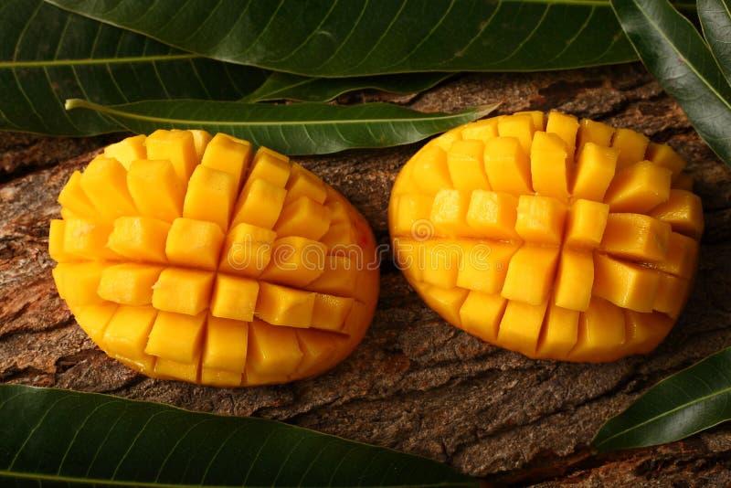Organische Alphonso mangoplakken stock afbeeldingen
