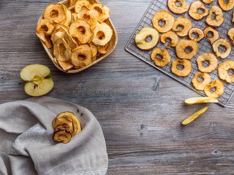 Organische appelchips (plakjes) op een houten achtergrond met kopieerruimte Gezonde vegetarische snack royalty-vrije stock afbeelding