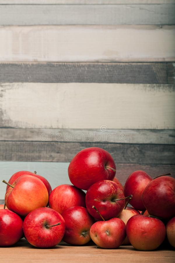 Organische appelen, appel op houten lijst stock foto's