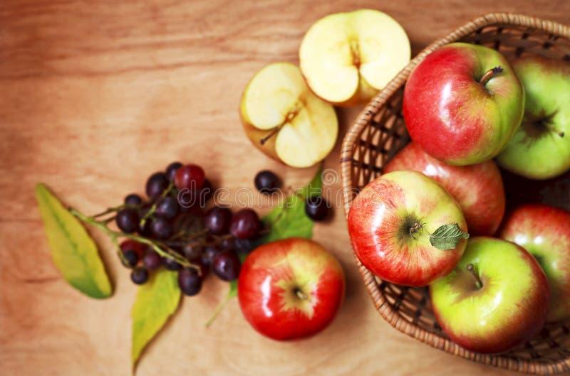 Organische appelen in een mand op een houten lijst stock fotografie