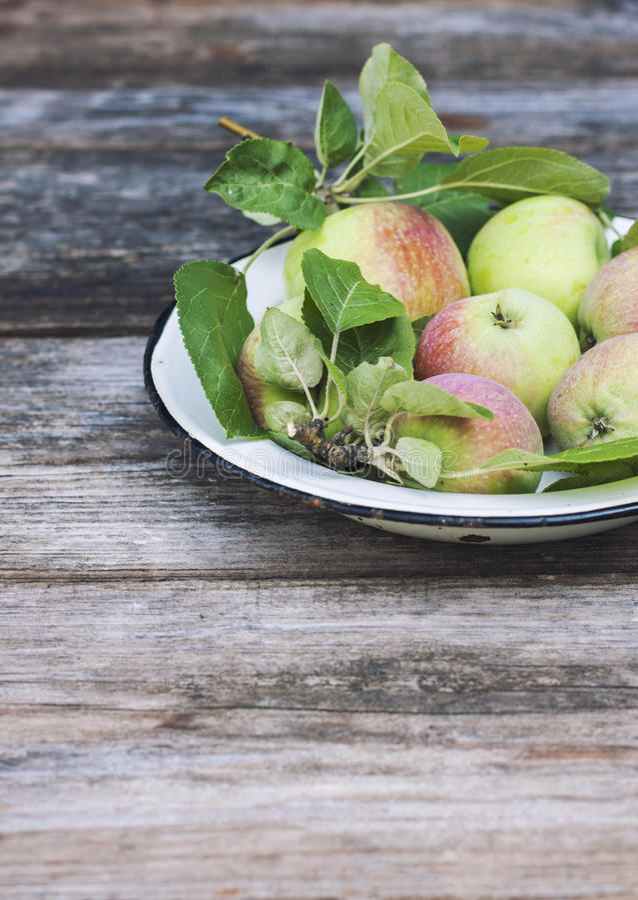 Organische appelen op houten lijst royalty-vrije stock foto